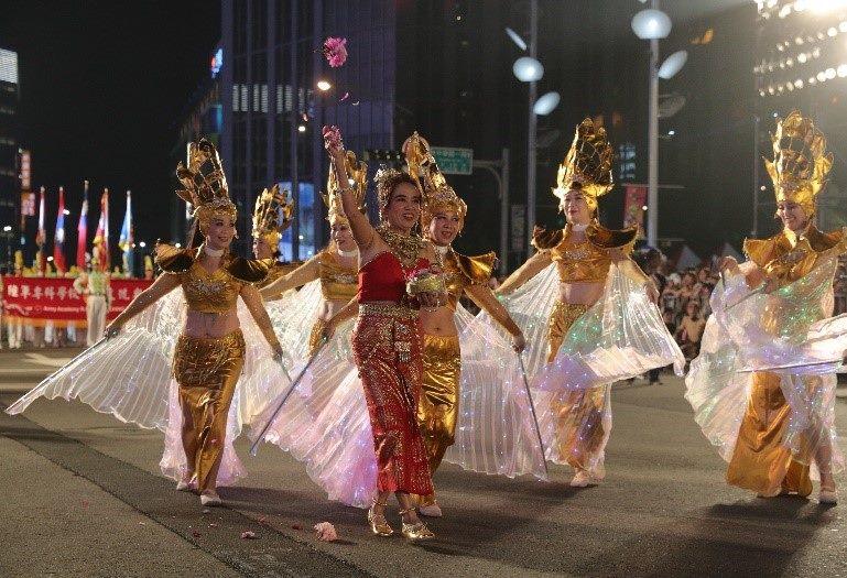泰國新移民融合閃亮的彩翅舞與熱情的傳統音樂,吸引全場目光