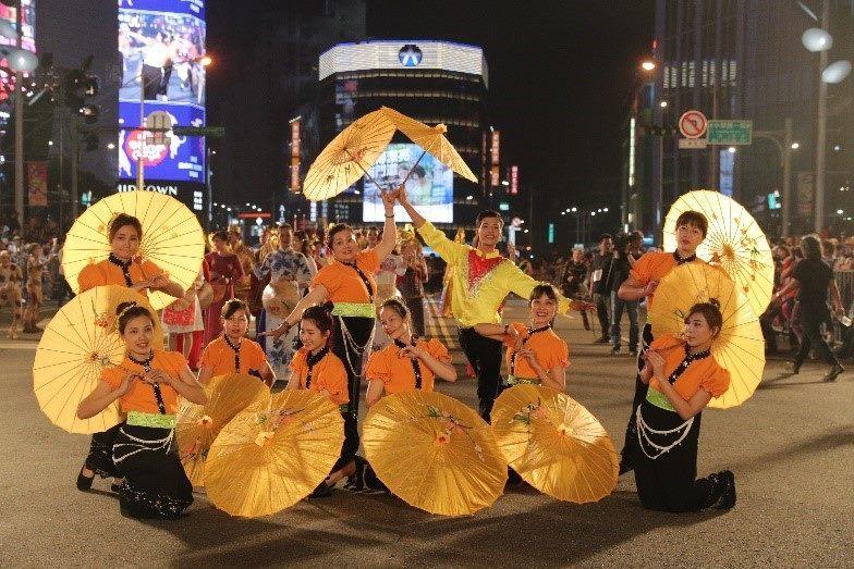 越南姊妹帶來精彩的雨傘舞,驚豔全場