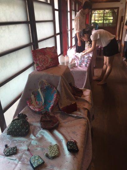 學員展示生活手作的布袋商品