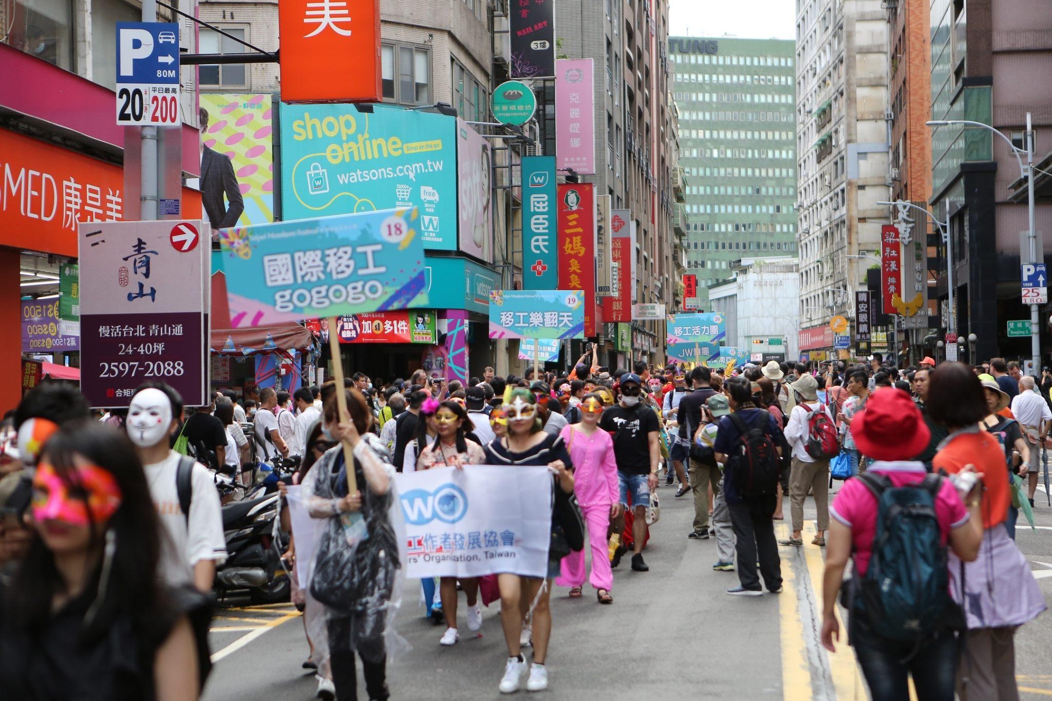 6-Barisan parade yang penuh semangat menarik perhatian masyarakat