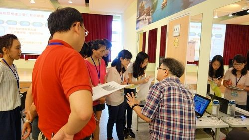 Lecturer explain some practical policy of New Immigrant