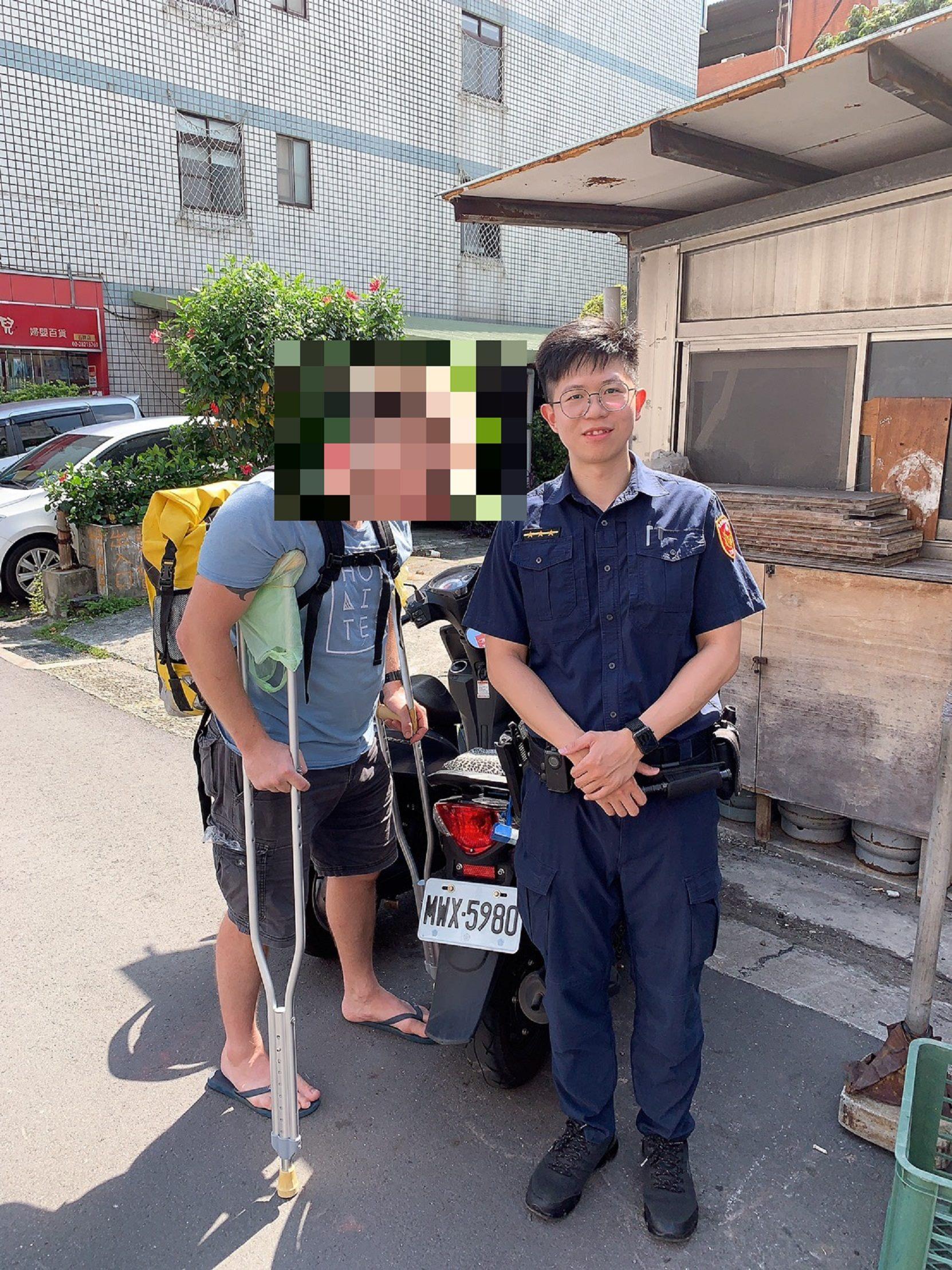 派出所員警協助外籍人士尋回遺失物