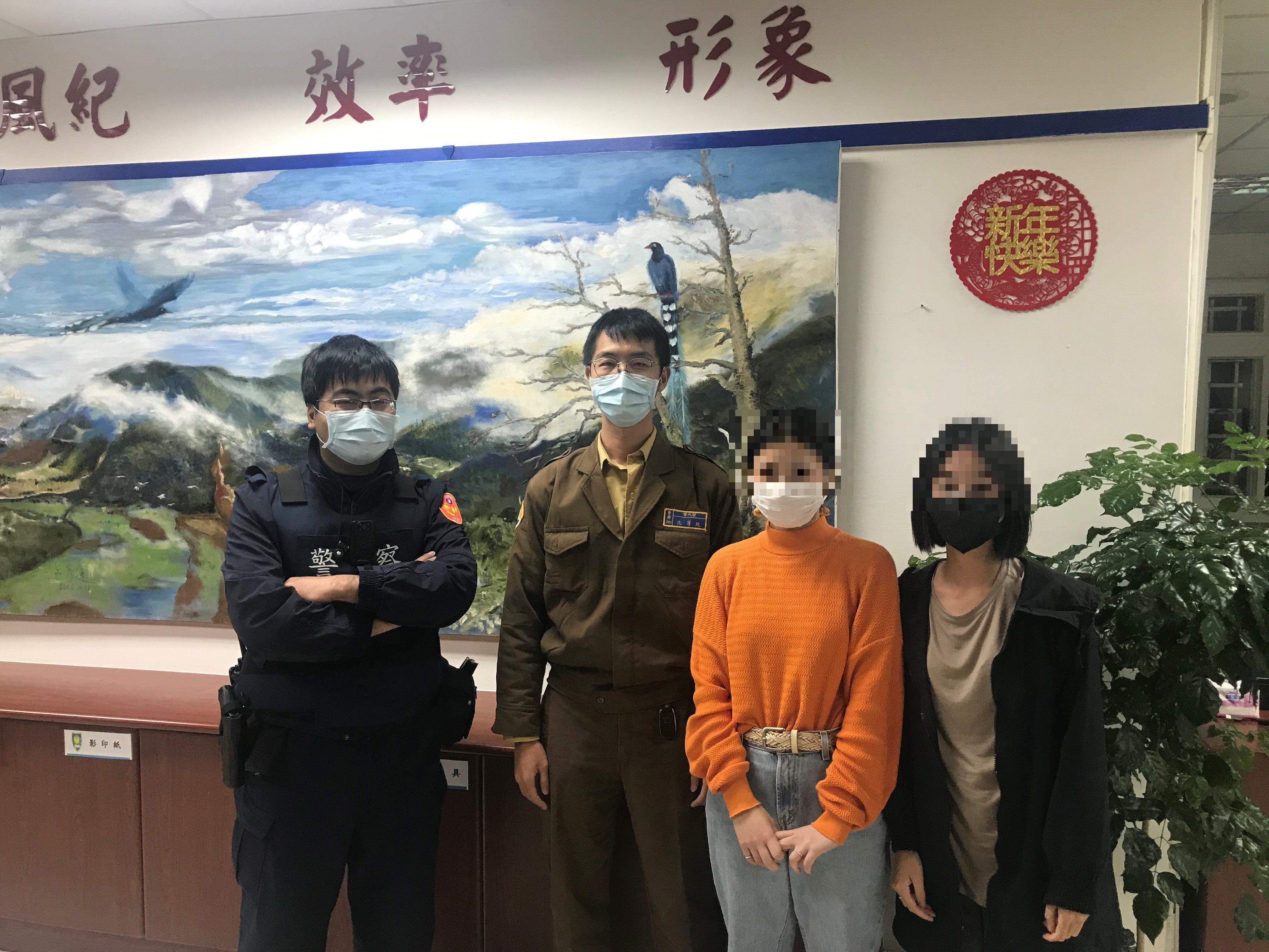 竹子湖所員警協助受困旅客下山合影