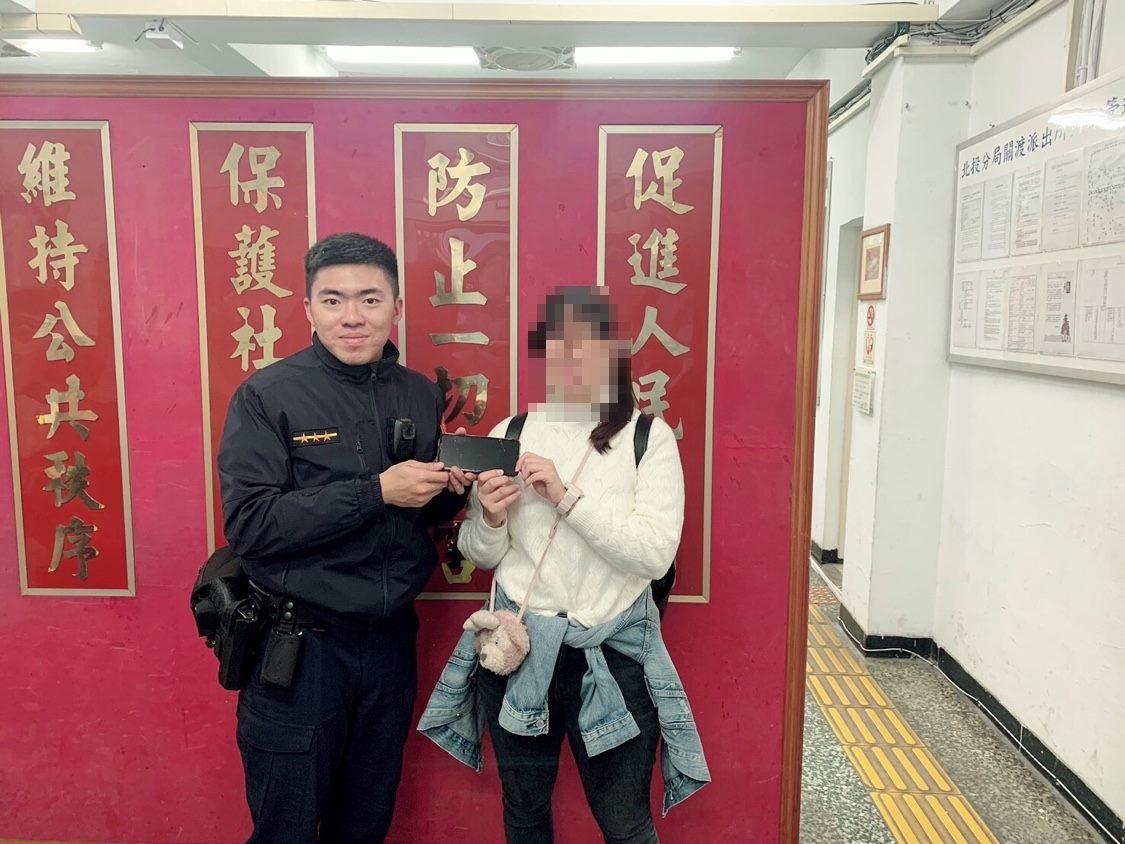 派出所警員協助外籍學生尋回手機