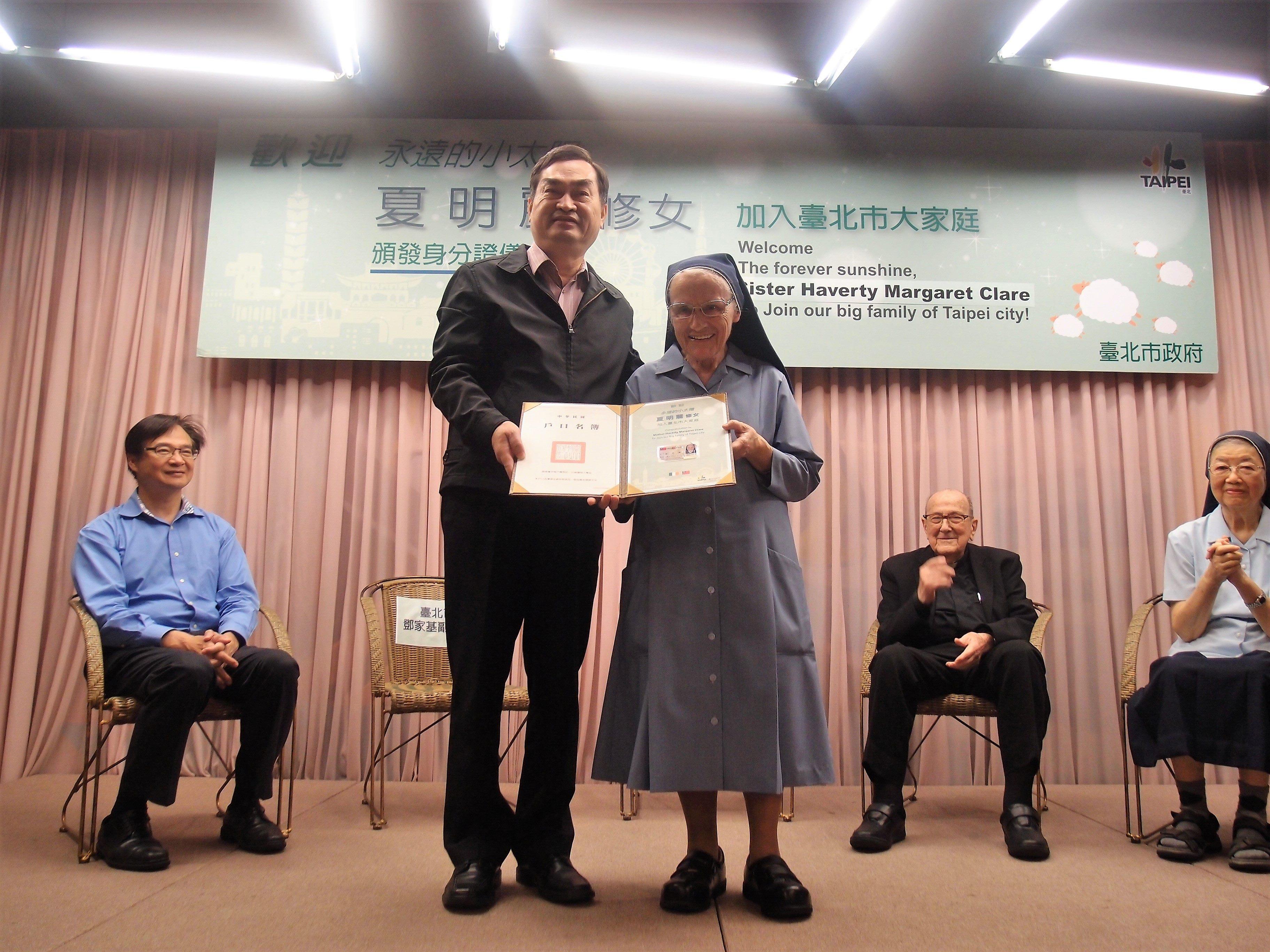 Ông Đặng phó thị trưởng thành phố Đài Bắc phát giấy chứng minh nhân dân và sổ hộ tịch