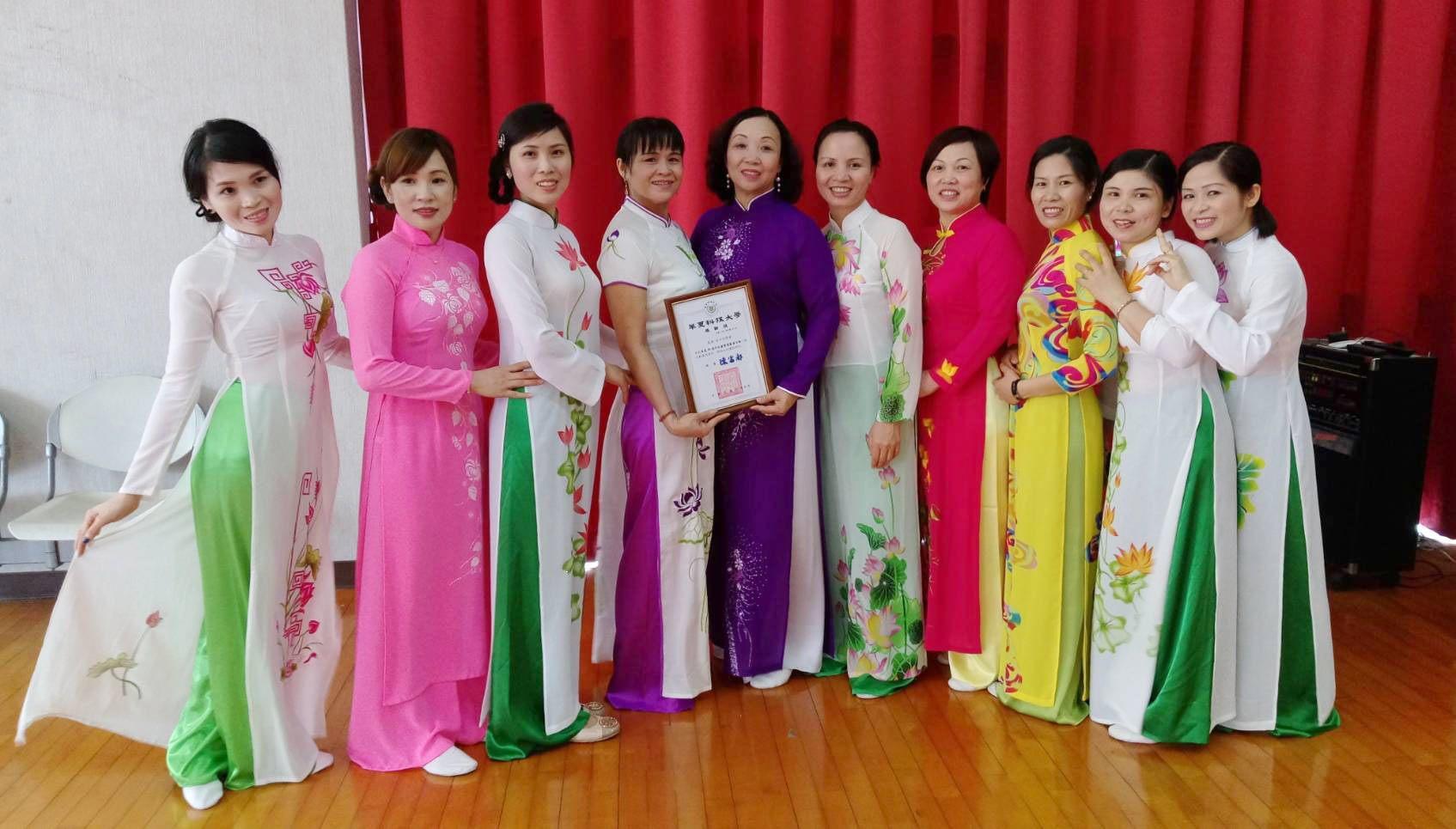 Grup Nanyang Dong Le Hui mendapatkan sertifikat setelah tampil di salah satu acara