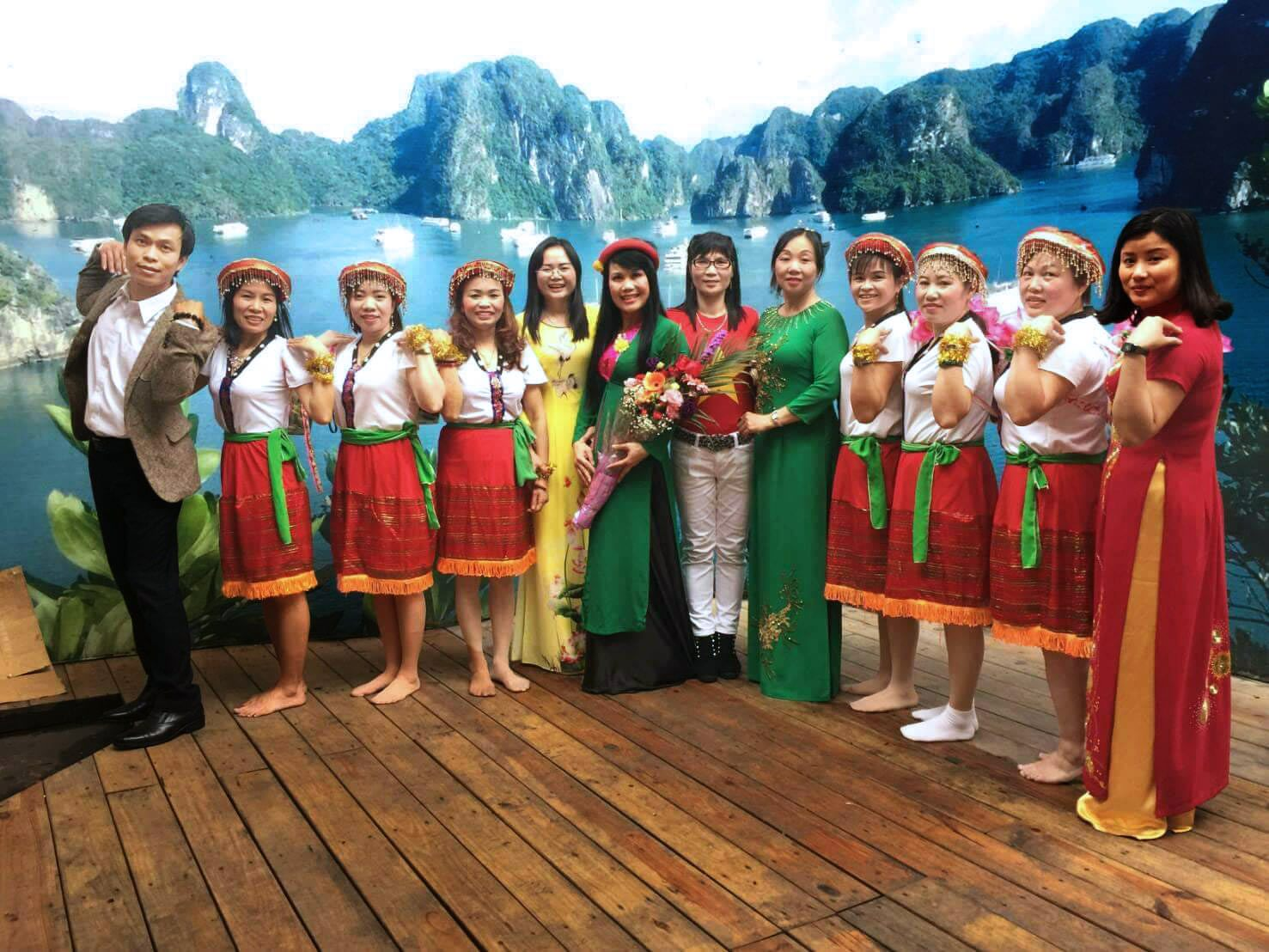 Grup tari Nanyang Dong Le Hui foto bersama setelah tampil