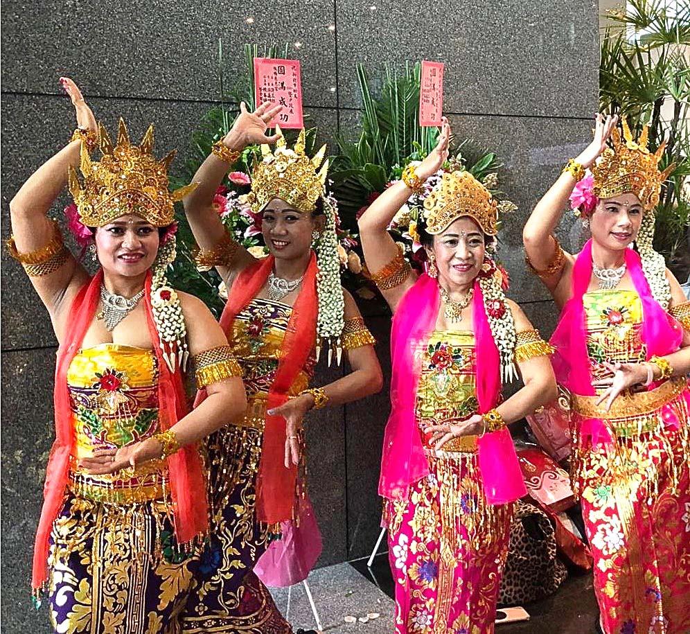 Grup Tari Melati dengan Kostum Tradisional Indonesia 'Kebaya'