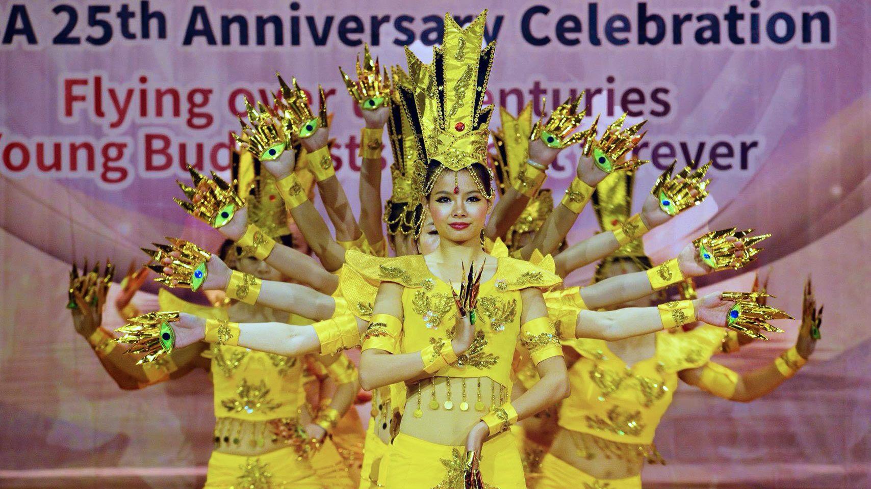 Grup Oriental Dance Hyun menunjukkan tarian Buddhism