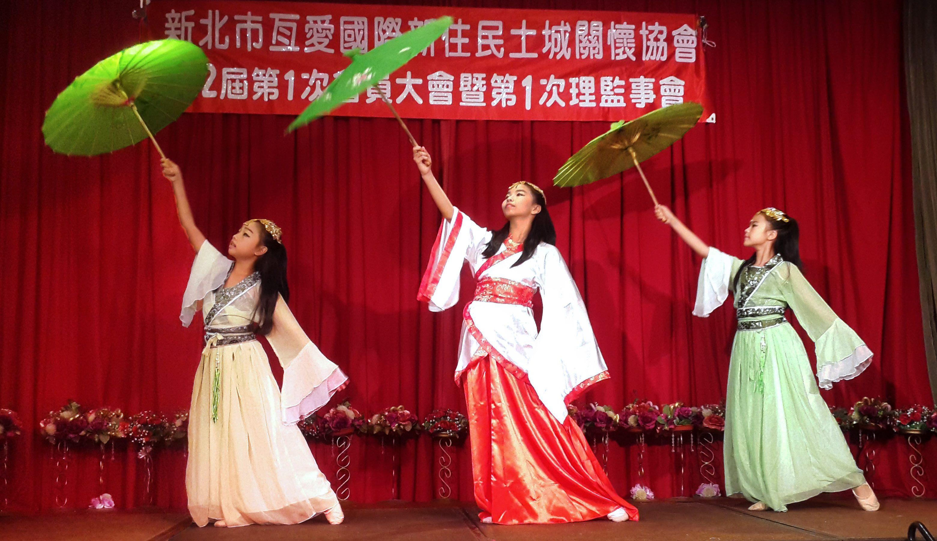 Happy Girls tampil dengan tarian payung
