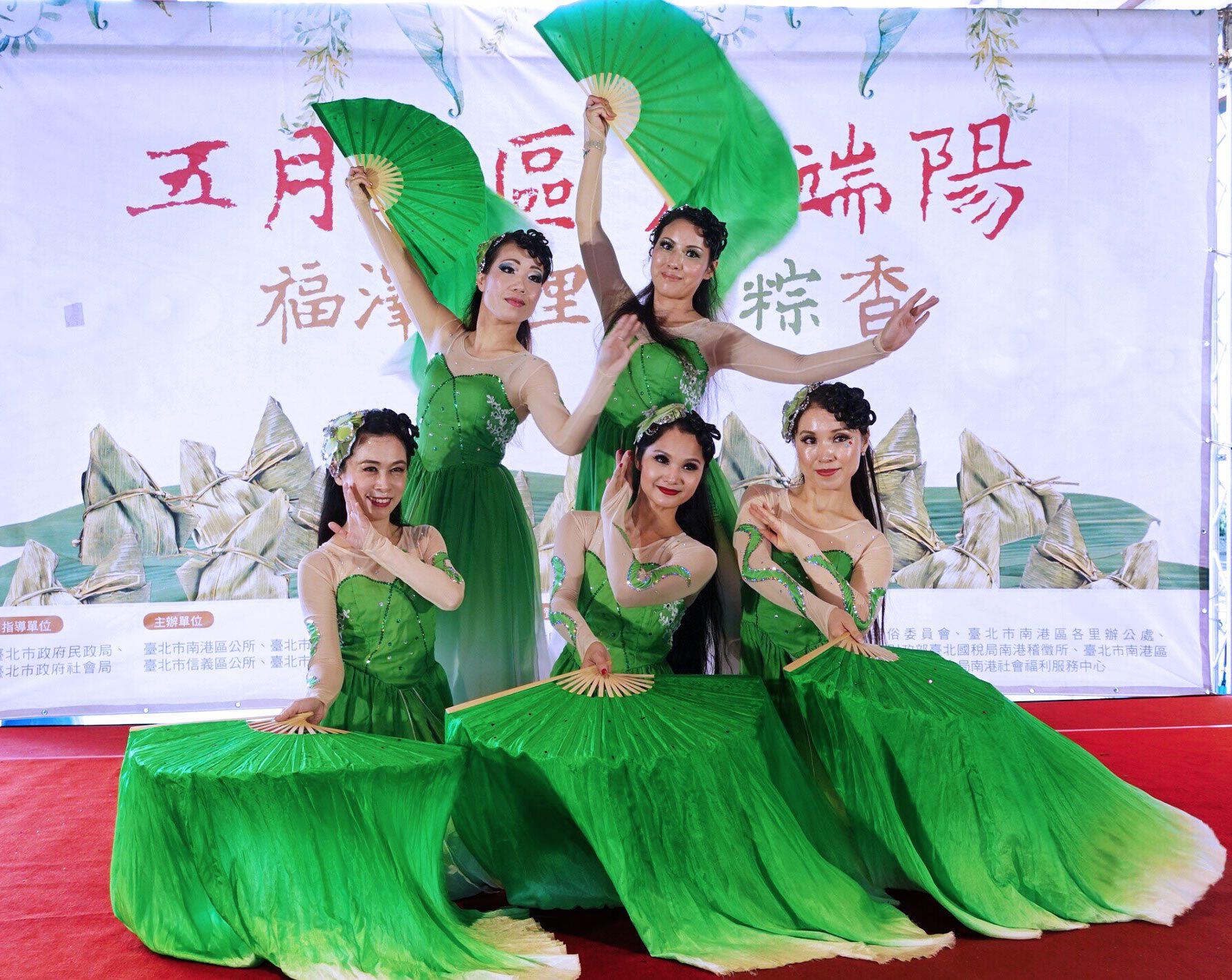 Grup Tari Liu Liu sebelum pentas tari kipas