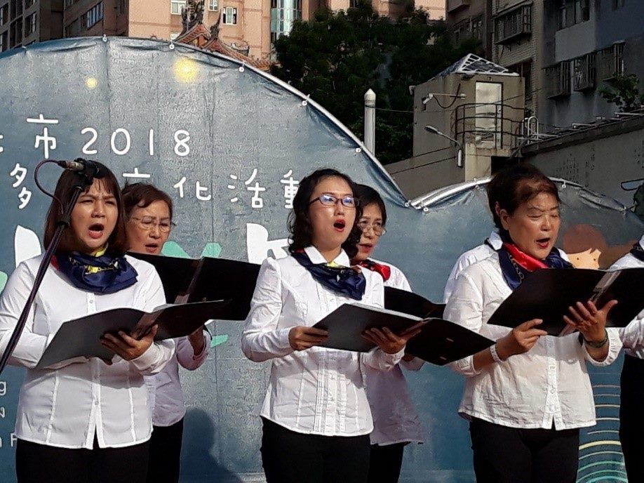 Grup Paduan Suara Xinyi tampil dengan khidmat