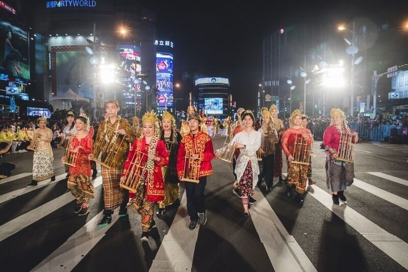 Grup Musik Gema Angklung tampil di Festival Musik di jalan raya