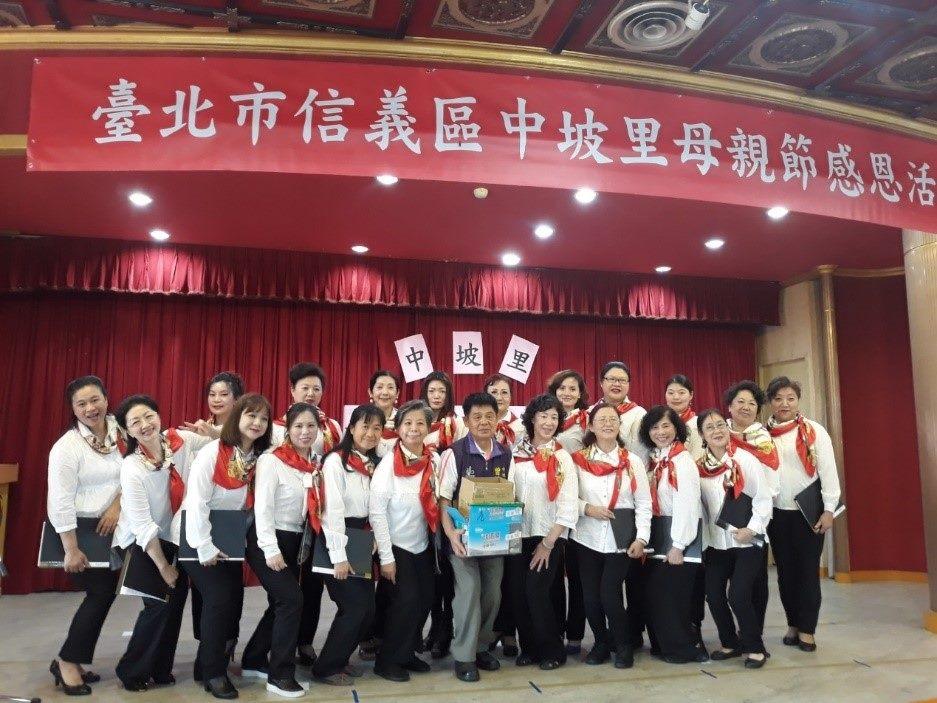 Grup Paduan Suara Xinyi foto bersama memperingati Hari Ibu