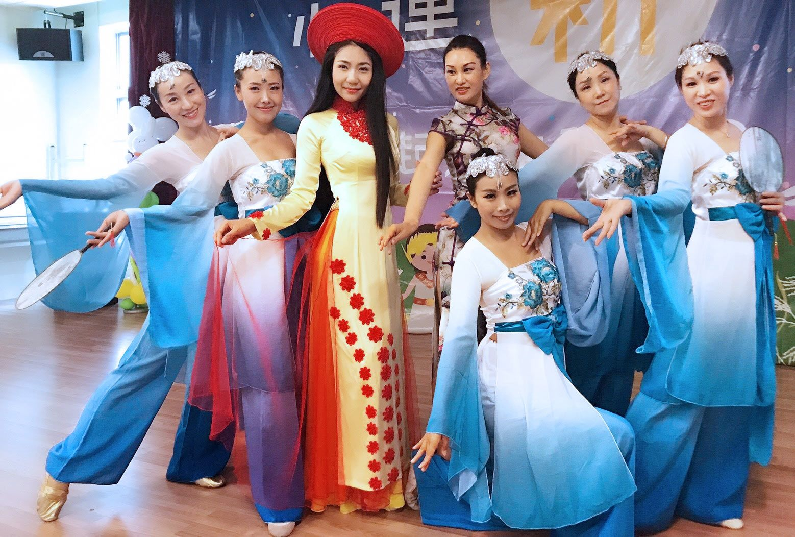 Feiyang Dance foto bersama setelah tampil