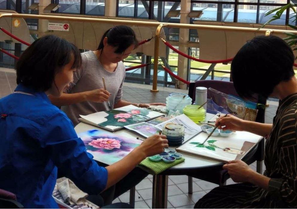 Anggota kelompok seni rupa 'Xin-yi' sedang melukis