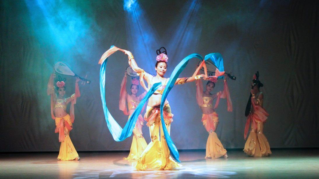 Feiyang Dance tampil dsengan kostum yang unik