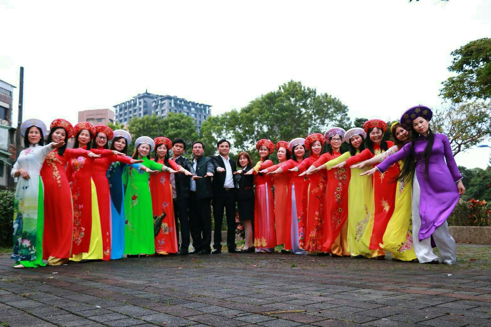 Grup tari Nanyang Dong Le Hui dengan kostum tradisional Vietnam