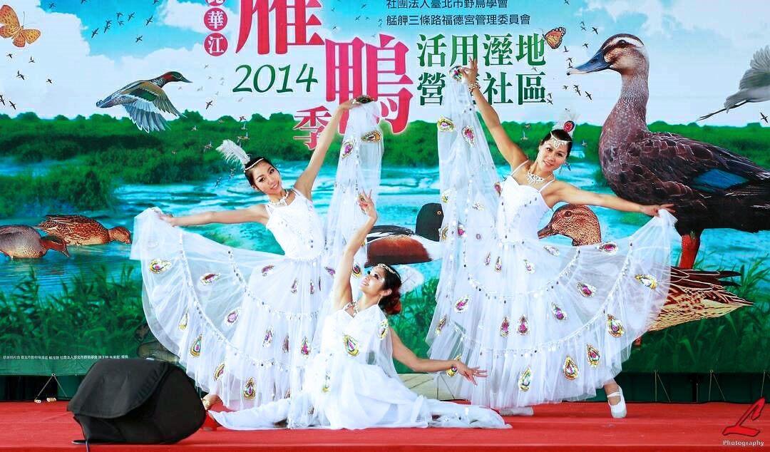 Grup Tari Liu Liu menunjukkan tarian angsa