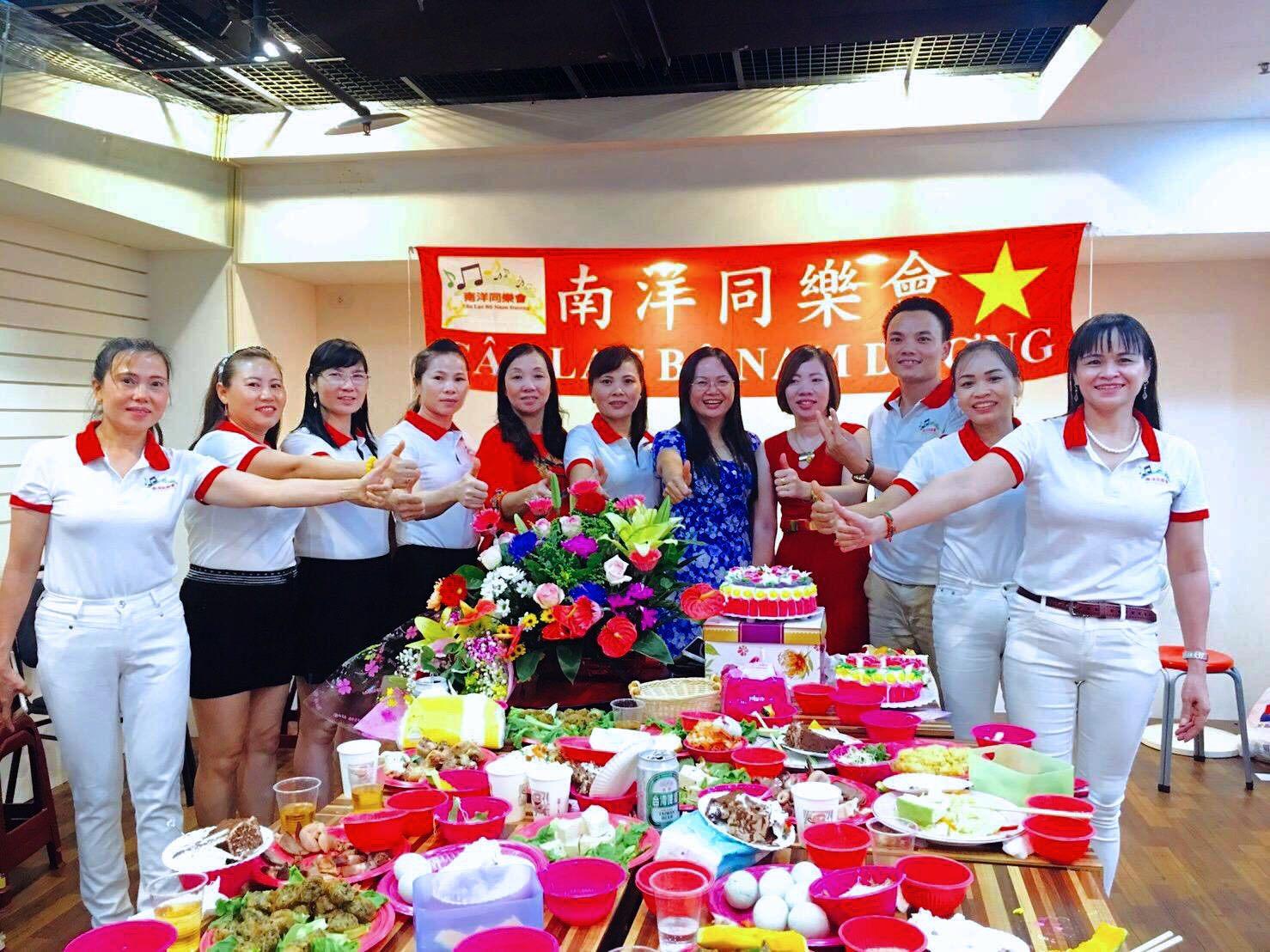 Grup tari Nanyang Dong Le Hui berkumpul dan makan bersama