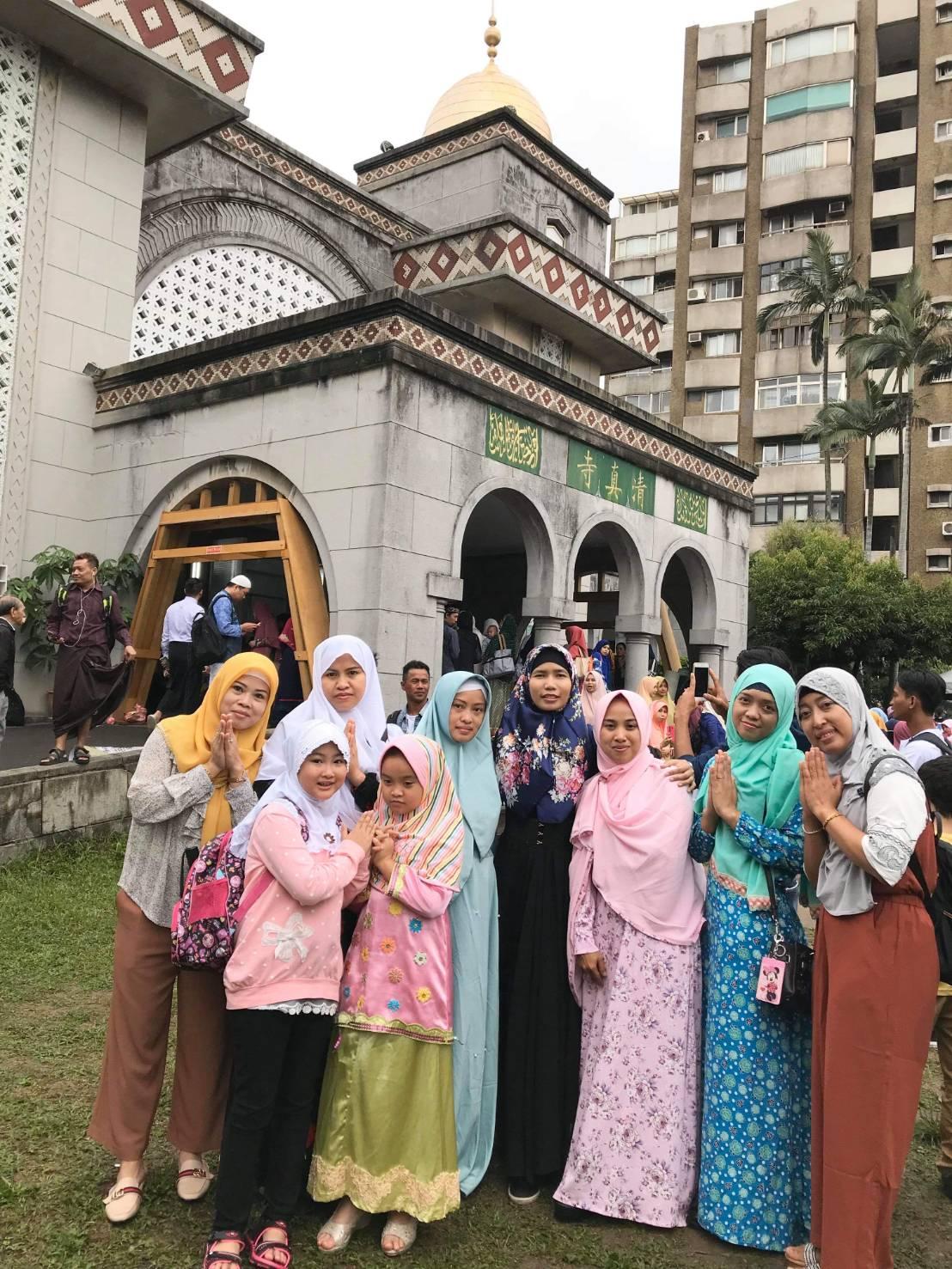 รูปถ่ายครอบครัวหน้ามัสยิดในวันอีดุลฟิฏรี อินโดนีเซีย