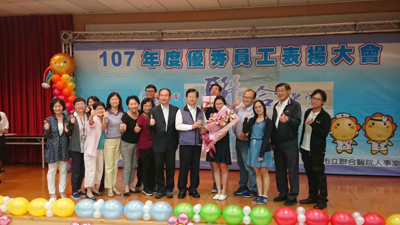 107年優秀員工表揚-許舒涵藥師合照