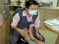 護理師做病患足部照護