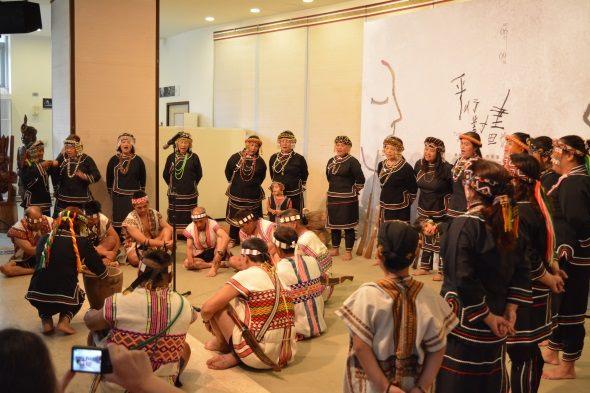 以演出傳統樂舞的方式給予兩位畫家祝福