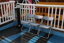 行動不便、年長及有需求者,由服務人員提供專屬座椅置放於遊樂設施入口處或控制室附近
