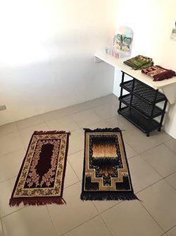 穆斯林祈禱室在兒樂園區1樓大門保全室後方