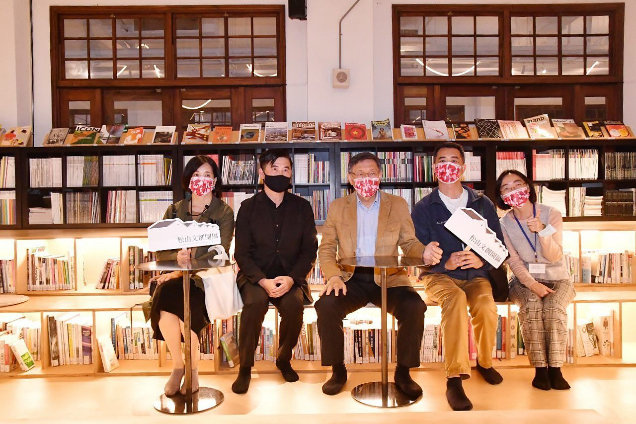 Mayor visiting the Not Just Library inside Songshan Cultural and Creative Park