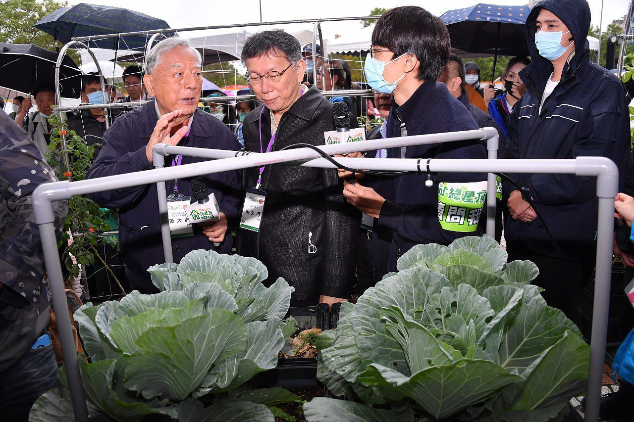 Mayor looking at one of the devices useful for rooftop farming
