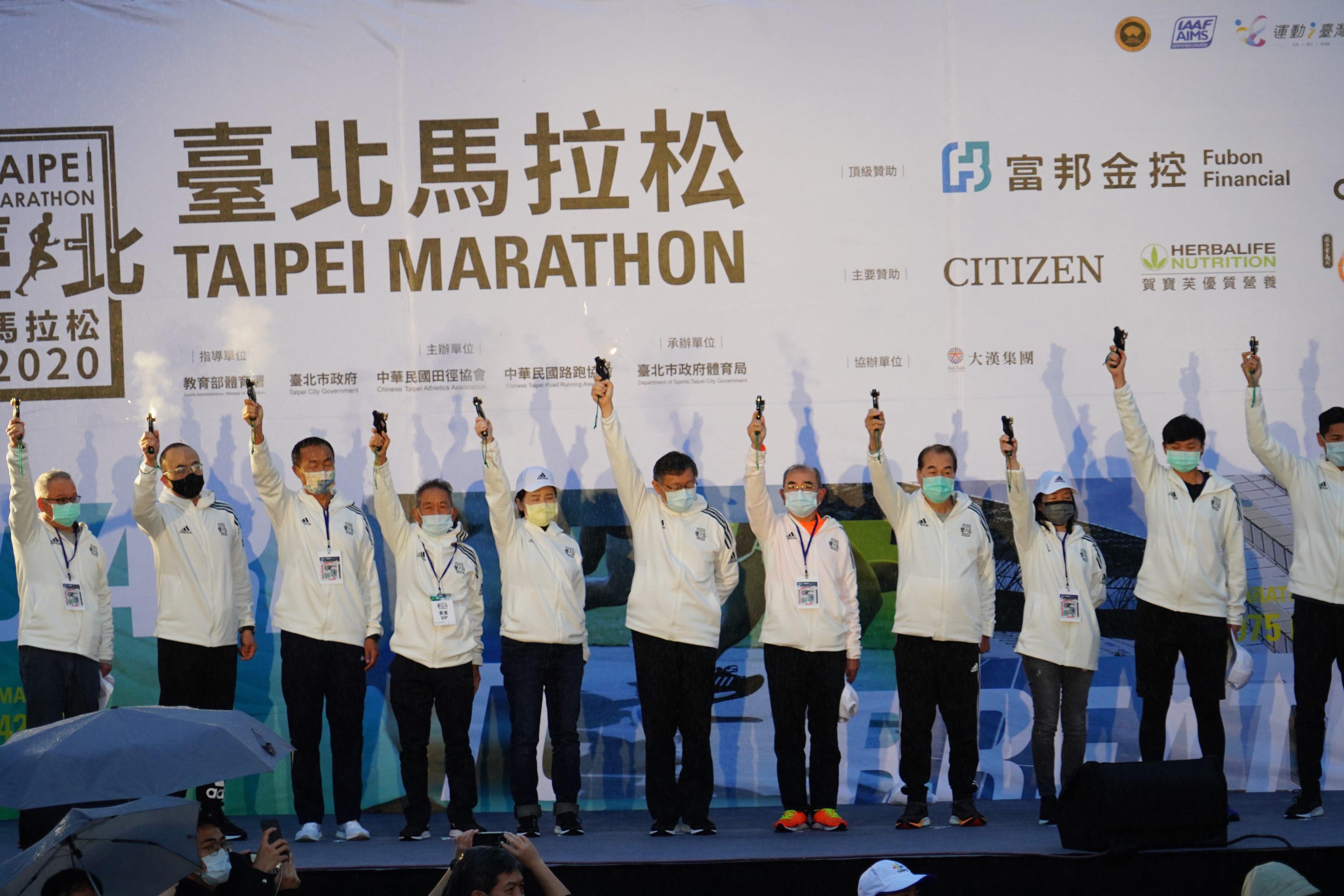 Mayor Ko fires the running pistol, kicking off this year's Taipei Marathon