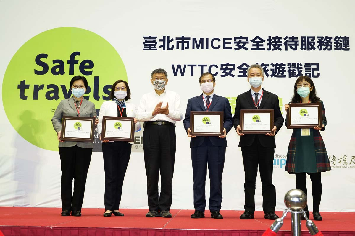 Mayor Ko with representatives of businesses at the certification presentation ceremony