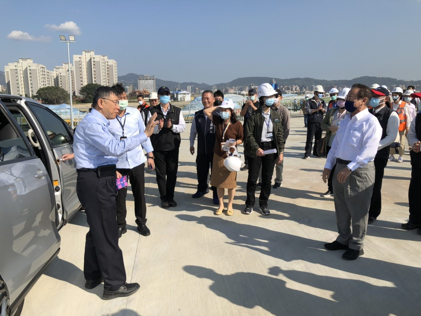 Mayor Ko with officials at the Shilin-Beitou Technology Corridor