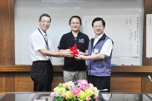 籌備主任委員與第一屆(新任)理事長於監事戴旭志先生見證下進行印信交接儀式