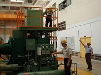 抽水站人員檢查抽水機機組