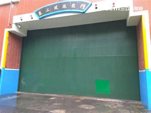 基二號疏散門