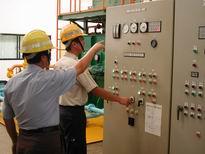 抽水站人員檢查機組控制盤