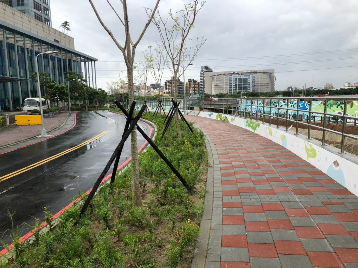 完工後堤內人行道綠化